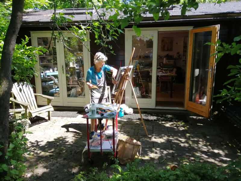 Suzette buiten bij het atelier in Diepenveen.